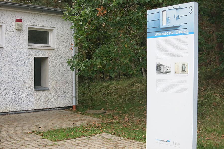 Informationstafel über die Geschichte von Prora im Museum auf der Insel Rügen