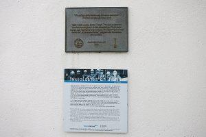 Informationstafel in der Mehrzweckhalle über die Geschichte von Prora auf der Insel Rügen
