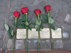 "Rosen zum Gedenken an den Binzer ""Stolpersteinen"" am Kurhaus"